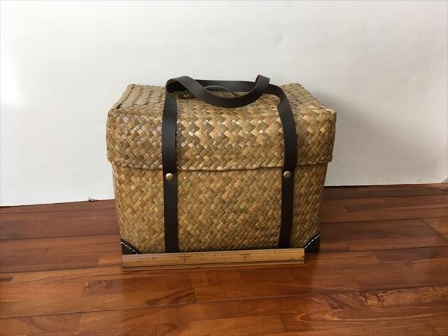 タイ製 カチューという水草のかごバッグ 直方体でフタ付 紐は合皮 小サイズ 15x24x17ベージュ