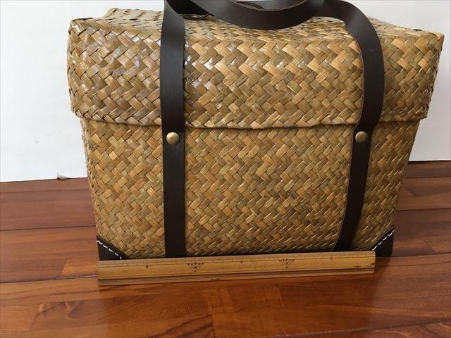 【タイ製】 カチューという水草のかごバッグ 直方体でフタ付 紐は合皮 小サイズ 22x19x18 ブラウン