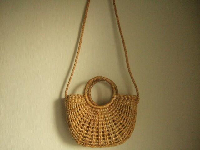 【タイ製】持ち手付きの粗目に編まれた綺麗なショルダーかごバッグ 内側布付き 素材はウォーターヒヤシンス