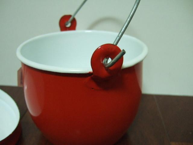 タイ製ホーローストッカー・ポット(バケツ)フタ付 お鍋としてもOK 赤色