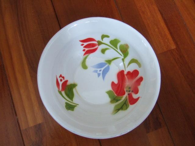 【タイ製】ホーロー製のボール 16cm径 白地に赤・青の花柄