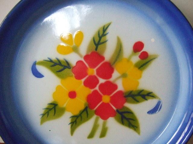 【タイ製】ホーロープレート 22.5cm 青 赤&黄花柄 日々のお皿として