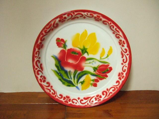 【タイ製】ホーローのお皿(プレート) 赤色 直径30.5cm 周り赤柄 赤と黄色の花柄