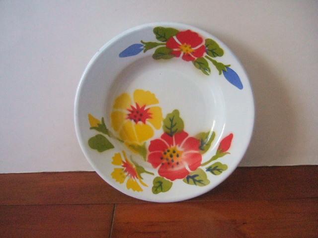 【タイ製】ホーローのお皿(プレート)タイの赤と黄色のお花 ハイビスカス柄 直径20.5cmサイズ