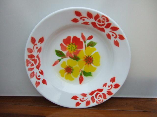 【タイ製】ホーロープレート かわいい花柄 白 直径23cm C 周りに赤の絵柄