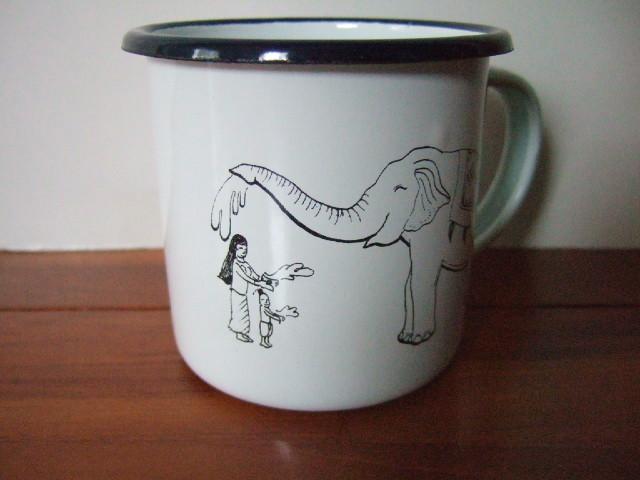 【タイ製】ホーローのマグカップ 象さん柄 白地 形状はシンプル