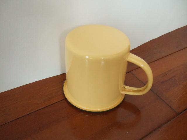 【タイ製】ホーローのシンプルなマグカップ【黄色で緑の縁どり】