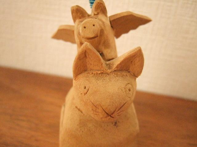 【タイ製】木で作られた猫の上に豚 不思議な クリップ付きカードホルダー