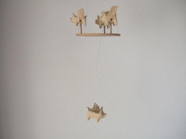 【タイ製】空飛ぶ豚さんのモビール 動きで癒される玩具 タイ製玩具