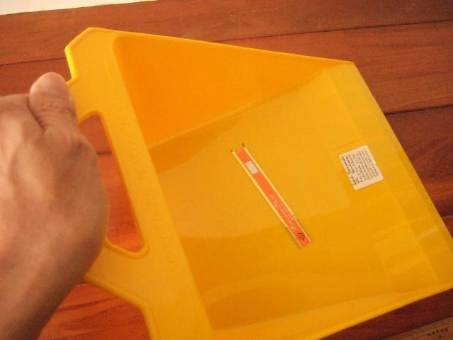 【タイ製】プラスチック製のちりとり シンプルタイプ 赤 緑 黄色 (各700円)