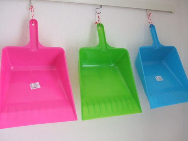 【タイ製】プラスチック製のちりとり にぎるタイプ 黄緑 ピンク 水色の3種類