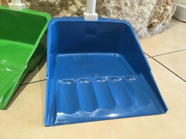 【タイ製】長めの取っ手付きのチリトリ プラスチック製 使いやすい マーライオンが付いてる