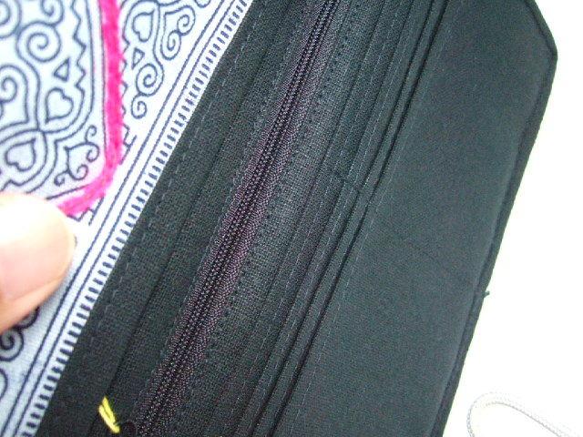 【タイ製】 民族農作業風景の手刺繍のお財布(モン族) 薄型 鈴付 群青色地 ハンドメイド