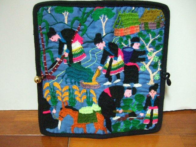 【タイ製】 民族農作業風景の手刺繍のお財布(モン族) 薄型 鈴付 ブルーグレー地 ハンドメイド