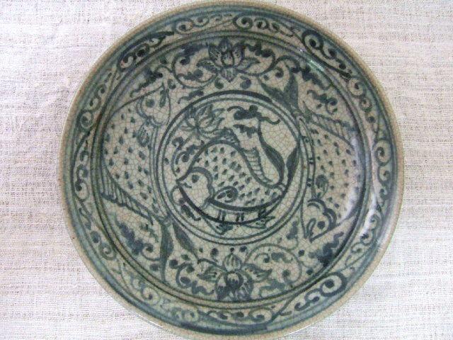 タイでも珍しい陶器 サンカローク焼きのお皿