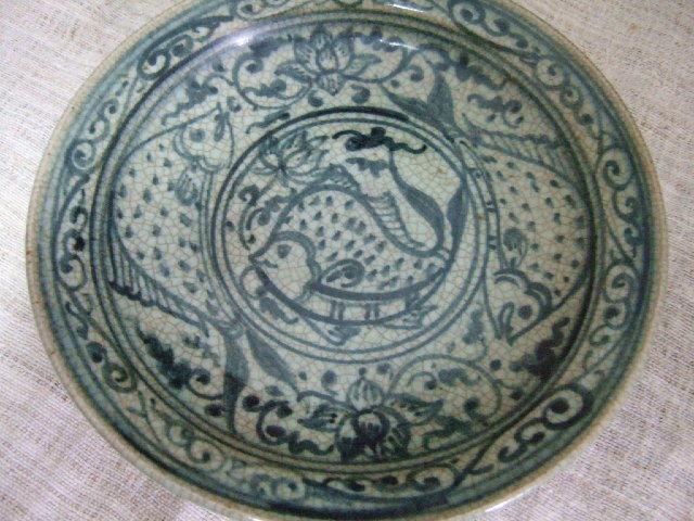 タイでも珍しい陶器 サンカローク焼きのお皿 青の絵付け