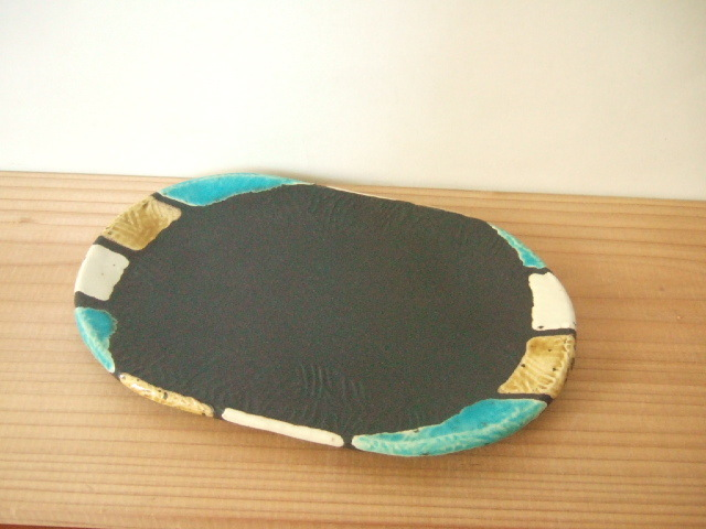 沖縄産 工房sen やちむん 楕円プレート 黒ベースの青とあめ色 渋め ドット19.5cm