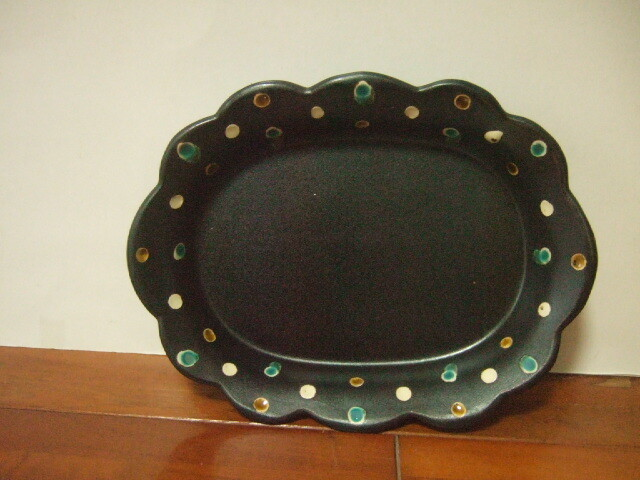 沖縄産 工房sen やちむん 花型リムプレート 黒に青&白&飴色のドット柄 綺麗なお皿 23cm幅 470g
