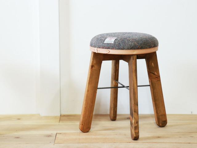 送料無料 HARRIS TWEED(ハリスツイード)スツール<br>【ヘリボーン×ブラウン】<br>パイン材とハリスツイードを使った丸くてかわいいスツール<br>キッチンスツール カフェスツール ミシン椅子 丸椅子 ナチュラルスツール<br>