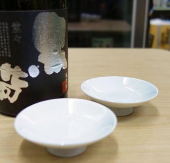 グラスによっても味わいは変わるものです。店長お気に入りの平杯直径約6.5センチ