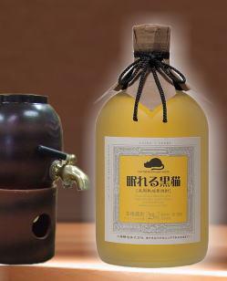 【ロック・水割りでも バーボン樽で長期貯蔵らしい甘い香りがよい愛知県麦焼酎】 眠れる黒猫25度 720ml