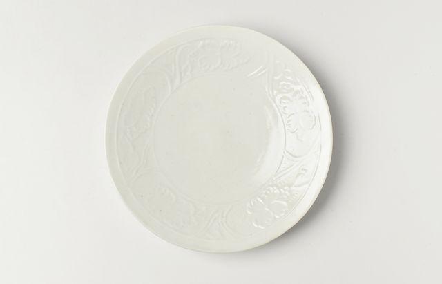 阿部春弥 白磁陽刻牡丹文5.5寸皿