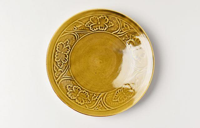 阿部春弥 黄磁陽刻牡丹文5.5寸皿