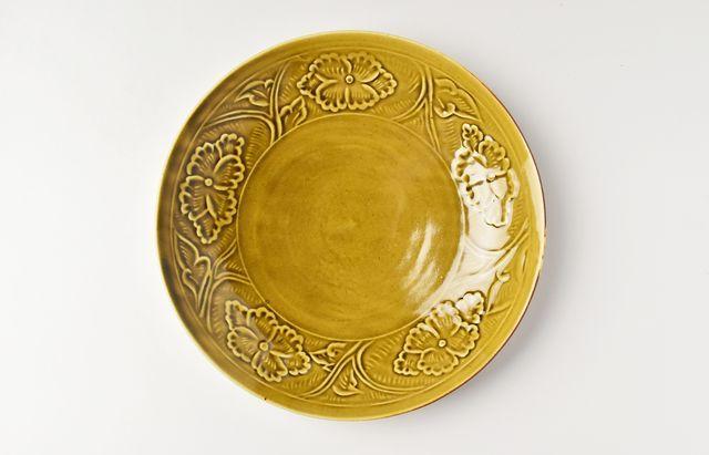 阿部春弥 黄磁陽刻牡丹文7.5寸皿