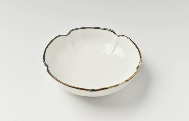 阿部春弥 白磁縁鉄五弁3.5寸鉢