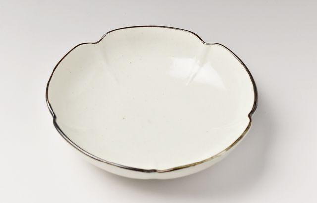 阿部春弥 白磁縁鉄五弁6.5寸鉢