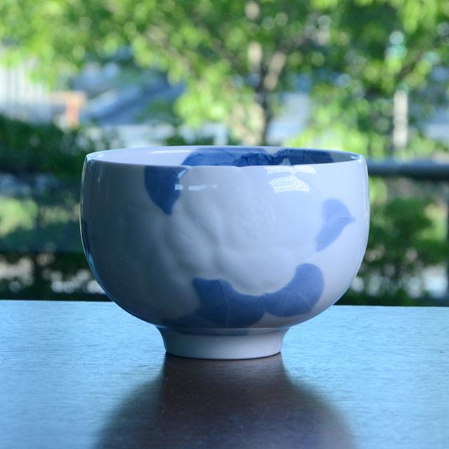 染付彫椿文茶碗(共箱付)  作家「本多亜弥」