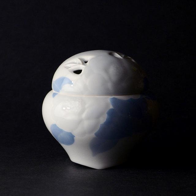 【共箱付】染付彫椿文香炉 (AH-188) 作家「本多亜弥」
