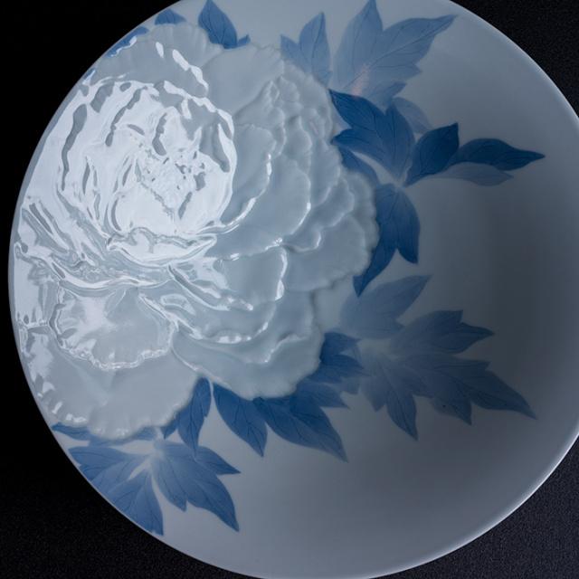 染付彫鉢「花の王」作家「本多亜弥」