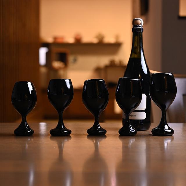 ワイングラス 黒 作家