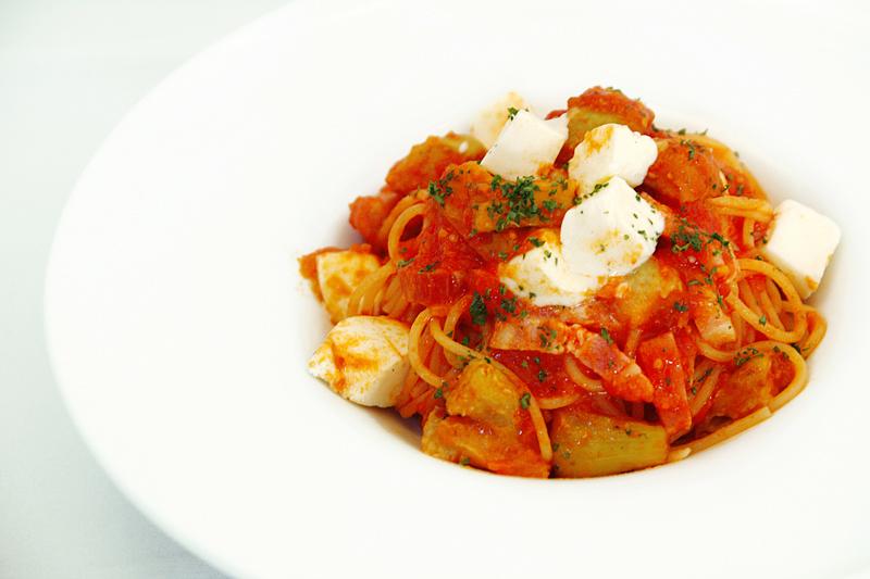 ベーコンと茄子とモッツァレラチーズのトマトソースパスタ