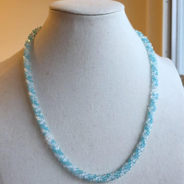『水の煌き』 水晶と宝石質アパタイトのクロッシェネックレス