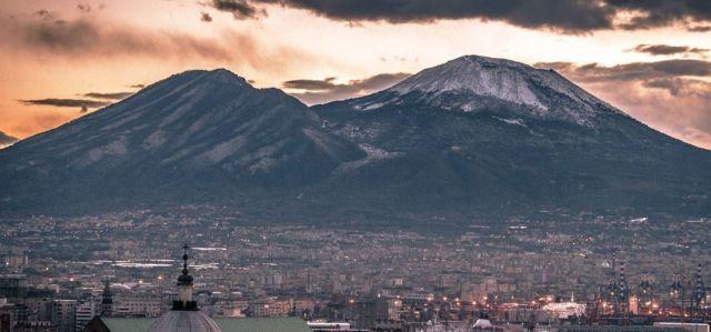 ヴェスヴィオ火山とソンマ山
