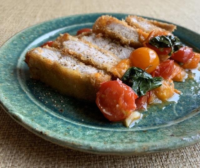 もち豚のコトレッタ フレッシュトマトとバジルのケッカソース