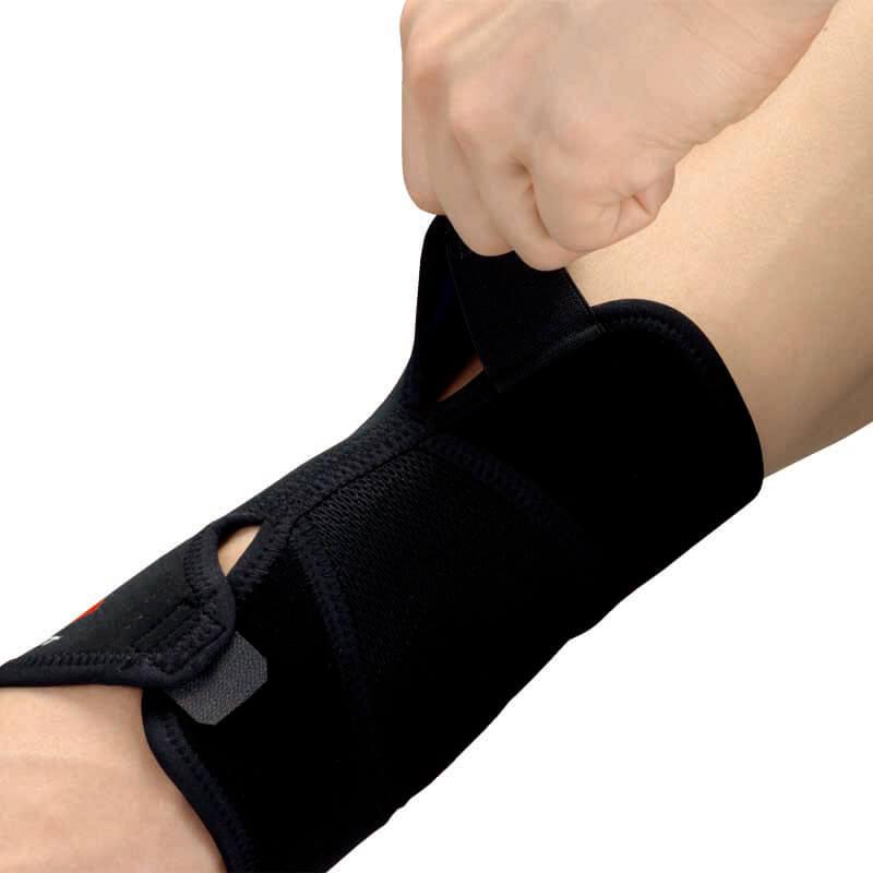 腕の形状にフィットするアジャスタブル設計