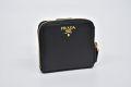 プラダ サフィアーノ メタル PRADAロゴ ラウンドファスナー二つ折り財布 ブラック 1ML522【新品】